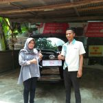 Foto Penyerahan Unit 2 Sales Marketing Mobil Dealer Daihatsu Rendy