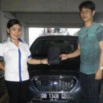 foto-penyerahan-unit-2-sales-marketing-mobil-dealer-datsun-manado-leidy-warouw