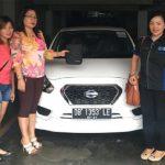 foto-penyerahan-unit-5-sales-marketing-mobil-dealer-datsun-manado-leidy-warouw