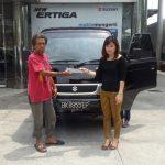 Foto Penyerahan Unit 2 Sales Marketing Mobil Dealer Mobil Suzuki Asmawati