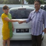 Foto Penyerahan Unit 4 Sales Marketing Mobil Dealer Mobil Suzuki Asmawati